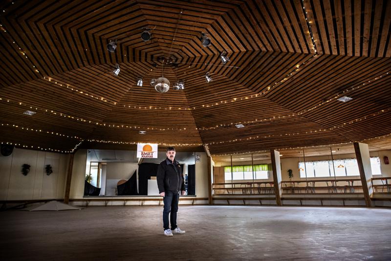 Tanssilavat ovat nyt tyhjillään. Emet Folkparkin tanssitoiminnasta vastaava Sixten Dalvik toivoo, että ihmiset lähtevät tansseihin sitten, kun kokoontuminen on jälleen sallittua.