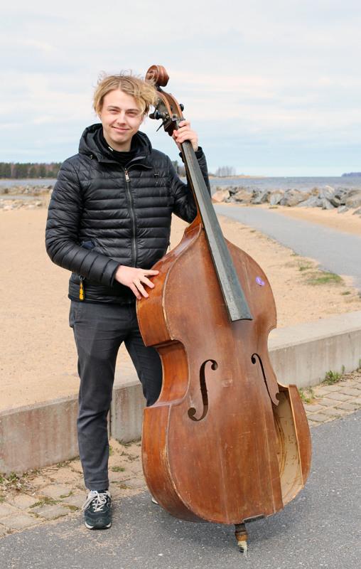 Pauli Pappinen aloitti kontrabasson soittamisen 7-vuotiaana. Ensimmäinen basso on kokenut kovia.