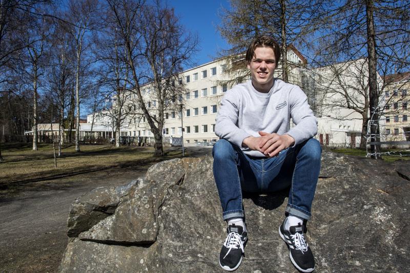 Kokkolan suomalaisen lukion Kokkolan yhteislyseon toimipaikassa opiskellut Sampo Rintala saa lähteä ylioppilaslakkiostoksille. Hän on toiminut yhteislyseon lukiossa opiskelijakunnan puheenjohtajana. Nykyään hänen tittelinsä on kunniapuheenjohtaja.
