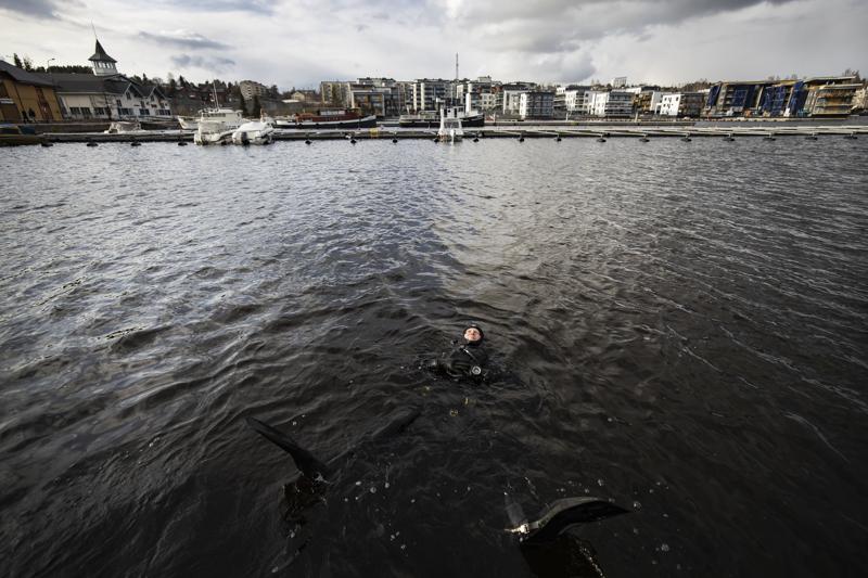 Thaimaasta palannut sukelluskouluttaja Ari Nupponen kellumassa Kuopion matkustajasatamassa.