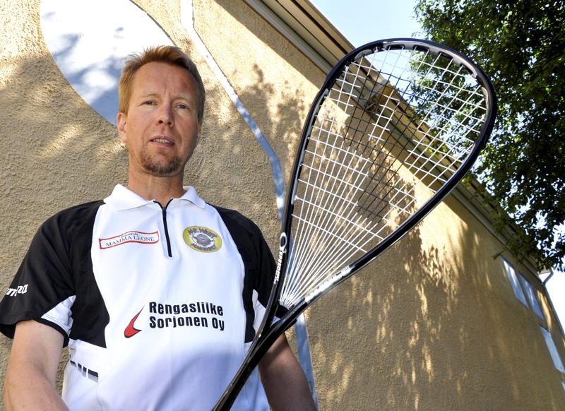 Pitkään Ylivieskan Squashissakin vaikuttanut Matti Saarela on valittu miesten maajoukkueen valmentajaksi.
