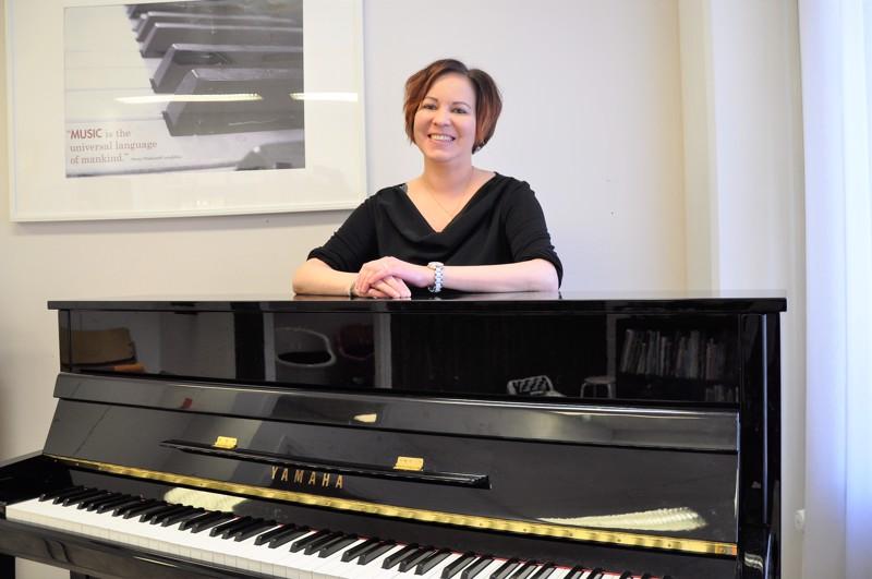Soile Hosionaho painottaa, että musiikki on kaikkia ja kaikenikäisiä varten. - Musiikinopetuksessa tärkeintä on suunnitella jokaisen asiakkaan opetus yksilöllisesti ja toteuttaa se rennosti ja hauskasti.
