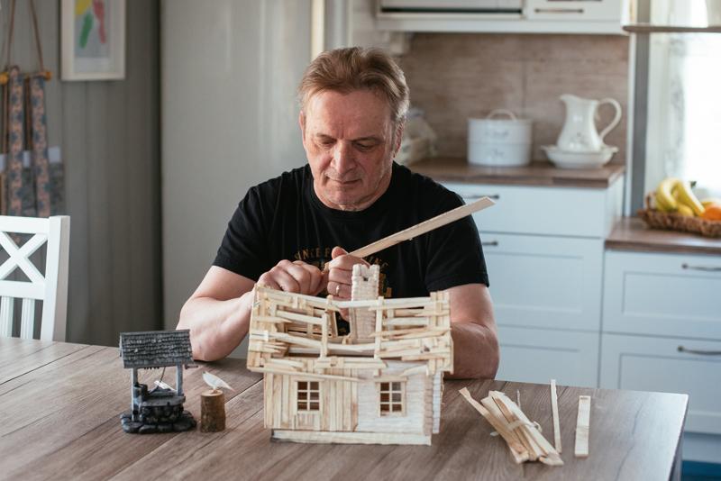 Antti Haarala rakentaa ajankulukseen oikean näköisiä rakennuksia pienoiskoossa. Kuvia töistään Haarala julkaisee blogissaan antinateljee.blogspot.com
