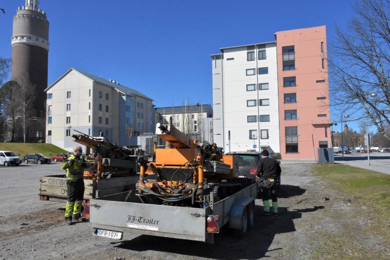 Ilkka Kerttula ja Timo Tauriainen pakkailevat Geobotnia Oy:n porauslaitteita tulevien kerrostalojen tontilla.