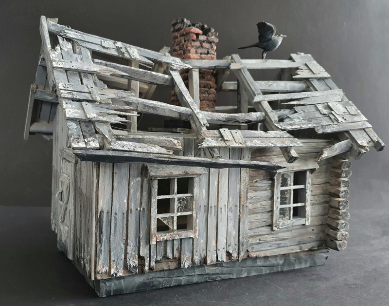 Pienoismalli autiotalosta on Haaralan viimeisimpiä töitä. Talon rikkinäiset ikkunat on tehty puhelimen panssarilasista.