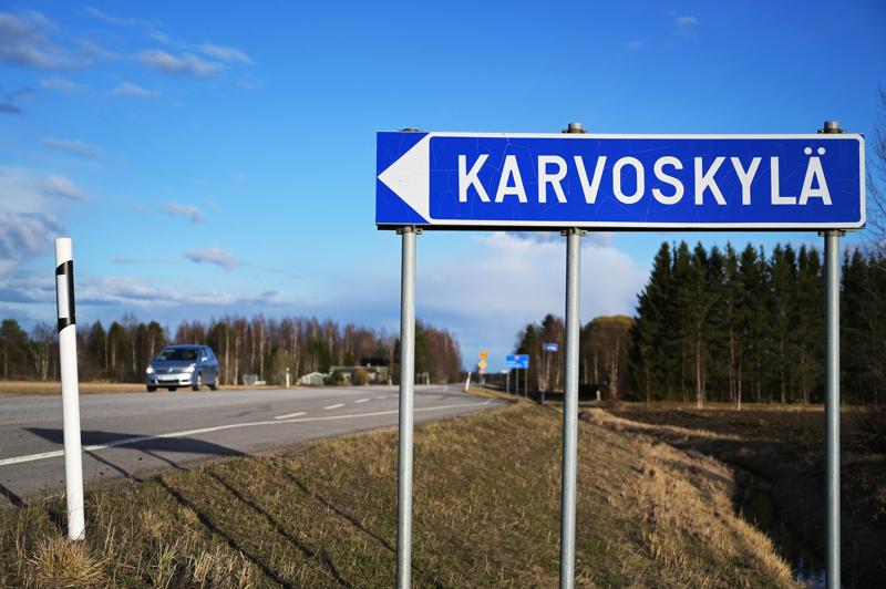 Vilkasliikenteinen valtatie on positiivinen asia Karvoskylälle. Tien yhteyteen kuitenkin kaivattaisiin kevyenliikenteenväylää, joka parantaisi asutusalueen turvallisuutta ja lisäisi harrastusmahdollisuuksia.