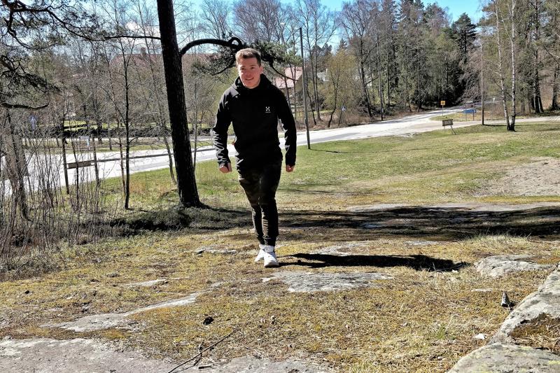 Aktiiviurheilija ja maankäyttöinsinööri Viljam Knif kävelemässä Lockanbergetillä siinä kohdalla, minne kuntoportaat voitaisiin sijoittaa.
