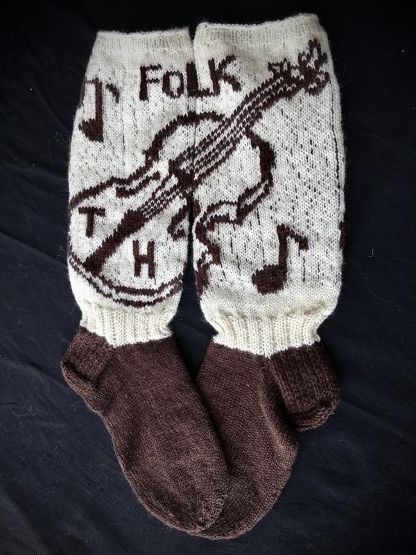 13. Folkki-sukka. Haapavesi tunnetaan laajalti jokakesäisestä Folk-tapahtumasta. Siellä viulut soivat, mutta ilman Timo Hannulaa (TH) ei olisi sama sointi. Koko miesten 43. Raija Nikitys. TUOMARIT: Kaunis viulu, hieno oivallus. Näistä sukista tietää, miltä paikkakunnalta ne ovat kotoisin.