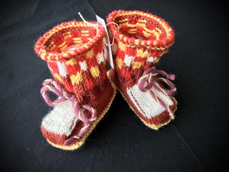 Nro 17. Hanna Kukkola. TUOMARIT: Lämpimät syksyn värit. Somat tossut, jotka kannustavat vauvatalkoisiin.