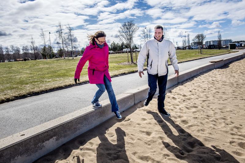 Kokkolanseudun Omaishoitajien toiminnanohjaaja Marja-Liisa Kattilakoski ja toiminnanjohtaja Jyrki Jouppi kiersivät kuluneella viikolla kaupungin puistoja.