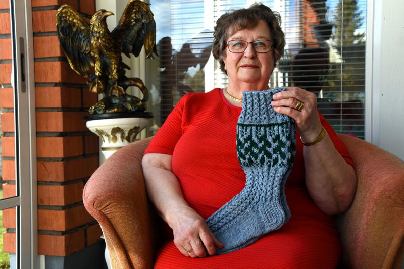 Helli Taskila ja yleisöäänestyksen voittaneet Kuusenkerkkä-sukat. Helli kertoo halunneensa kutoa käyttösukat: kantapään pitää olla istuva, että sukka pysyy paikoillaan.