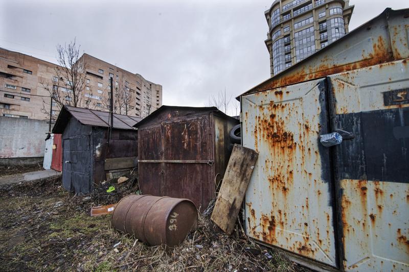 Autotallit ovat asuintalojen läheisyydessä pitkinä rivistöinä.