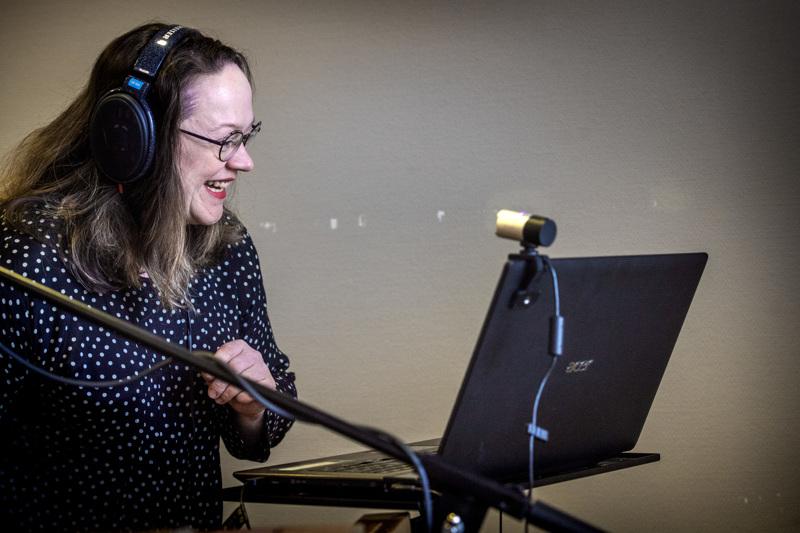 Marita Kaakinen opettaa etäyhteyksien avulla laulua ja vetää kuoroharjoituksia.