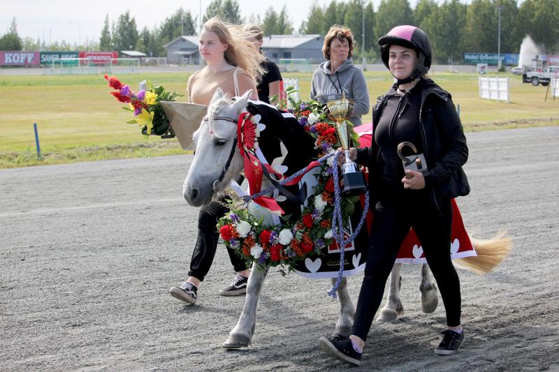 Ponikuningatar 2019 Emmeros Bambi sekä valmentaja Sofia Kiukas.