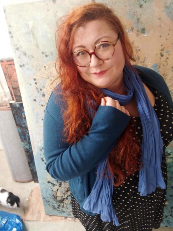 Minttu Saarinen elää naistenlehteä todeksi taideprojektissaan.