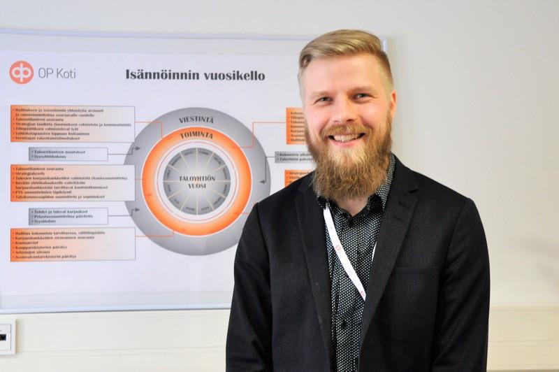 Petri Heikkinen kertoo viihtyvänsä isännöitsijän työssä, jossa työtehtävät vaihtuvat vuodenaikojen mukaan.
