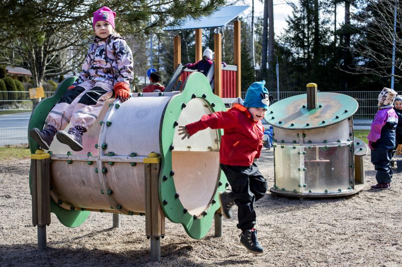 Monet Kokkolan päiväkodit ovat lisänneet liikettä arkeen. Kun Halkokarin päiväkodin lapsilta kysytään, liikuntaa saisi olla vieläkin enemmän. Tässä ulkoilevat Saana Yli-Hukka ja Olavi Sundqvist.
