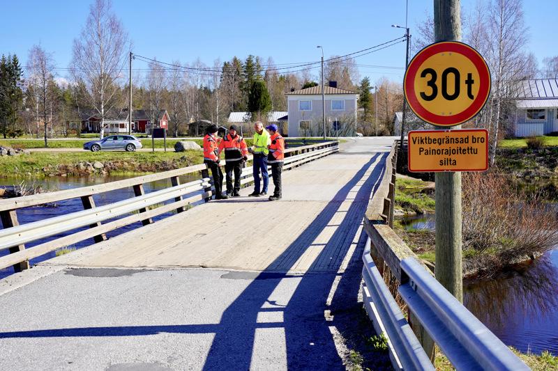 Viime vuoden siltatarkastuksen yhteydessä Påvall-sillan painorajoitukseksi tuli 30 tonnia. Nyt siltaa vahvistetaan useilla tukevilla teräspalkeilla. Sillan uusi kantavuus selvitetään korjauksen jälkeen.