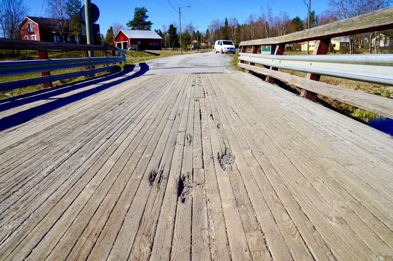 Sillankannen pinta on epätasainen ja kaiteet ovat kallistuneet ulospäin.