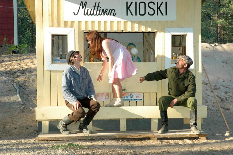 Eskolassa ei tänä kesänä nähdä kesäteatteria. Kuva vuodelta 2010, jolloin teatterissa esitettiin Jupiterin kuut. Kuvassa Juha Heikkilä,  Minna Högbacka ja Antero Iso-Kungas.