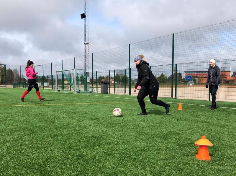 FC-92:n naiset viettivät sunnuntaina leiripäivää. Valmentaja Niko Aihion vetämien pallollisten treenien lisäksi naiset saivat valmennusta juoksutekniikkaan kestävyysjuoksuguru Veijo Mursulta sekä kehonhuoltoon fysioterapeutti Jami Peltoniemeltä.