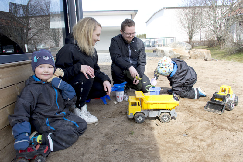 Jimillä ja Eemilillä on mukavat leikit kodin takapihalla äidin ja isän kanssa.