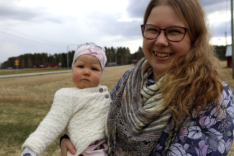 Karoliina Hietalahti on nauttinut siitä, että on saanut olla esikoisensa Pihlan kanssa kotona. Pihlan uniaikoina on syntynyt käsitöitä niin äidille kuin tyttärellekin.