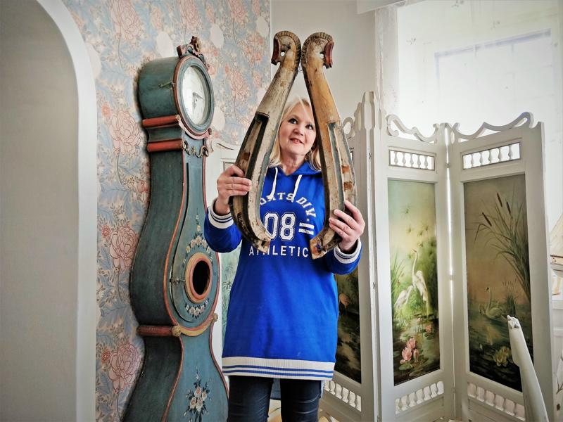 - Länget ja talonpoikainen kaappikello pitää löytyä antiikkikaupasta, tuumii Eija Porkola. Taustalla taiteilijan signeeraama sermi yli sadan vuoden takaa.