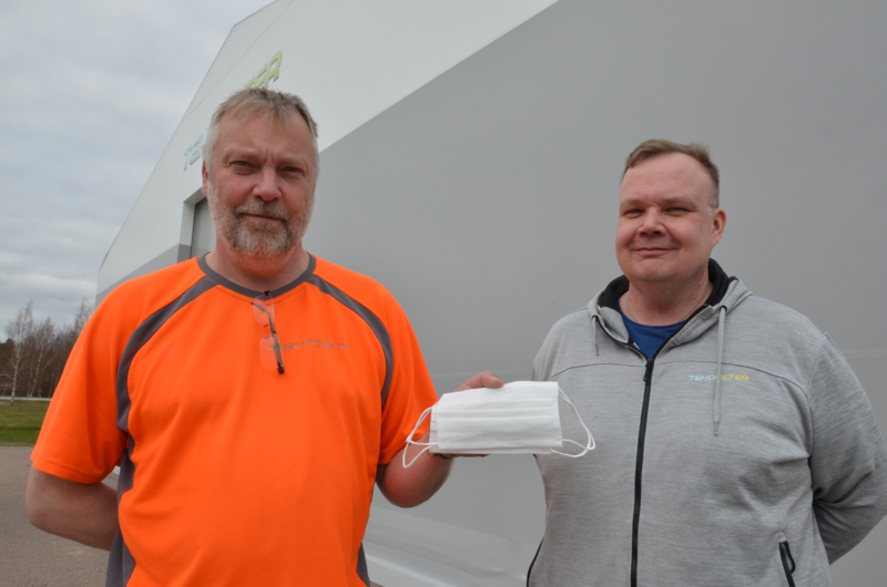 Teho Filter Oy:n hallituksen puheenjohtaja Mauri Karvonen ja tehtaanjohtaja Miko Torvinen esittelemässä kuluttajamyyntiin tulevaa Sievi-maskia.
