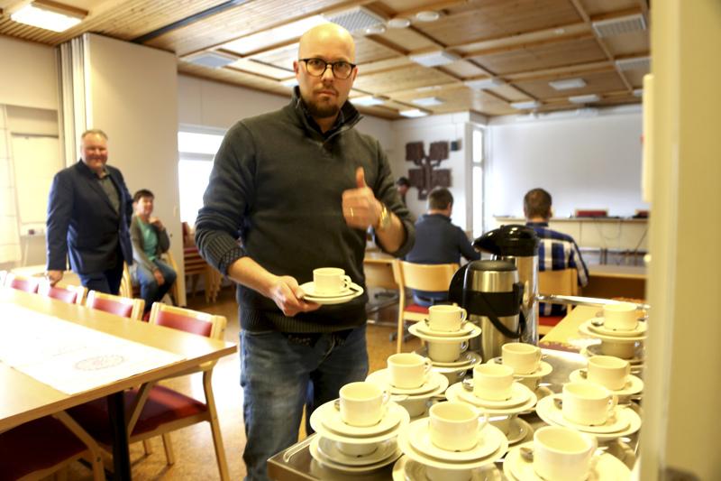 Marko Malvisto keitti kokouskahvit, mutta kunnanvirastolle yhtenäiskoulun sijaan. Valtuuston kokous siirtyi virastolle lennosta.