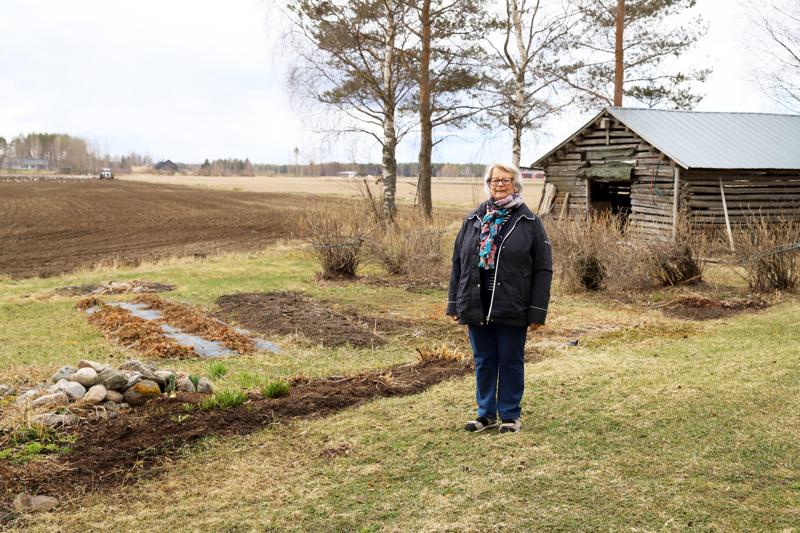 Maija Häivälä viihtyy Niemelänkylän peltojen keskellä ja iloitsee siitä, että kylälle muuttaa nuoria perheitä.