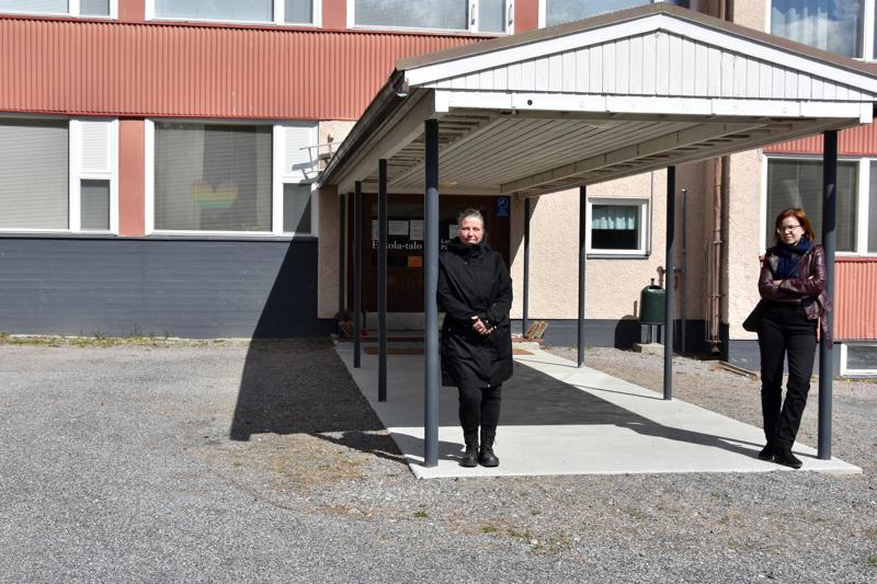 Lautakunnan päätös ei yllättänyt. Satu Kumpulainen ja Miia Tiilikainen eivät sulata sivistyspalveluiden lautakunnan perusteluja.