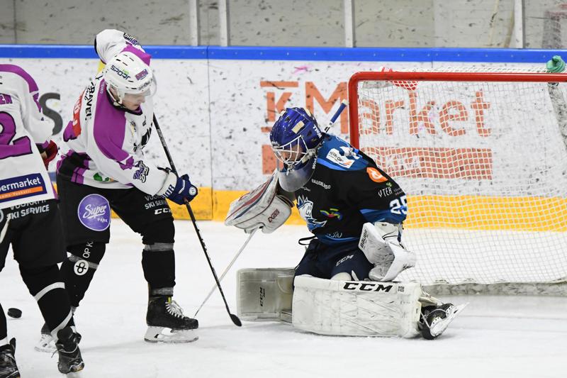 Jussi Siironen on tuttu mies Ylivieskan Jääkarhujen maalilta. Ensi kaudella hän vaihtaa naapurikaupungin joukkueeseen.