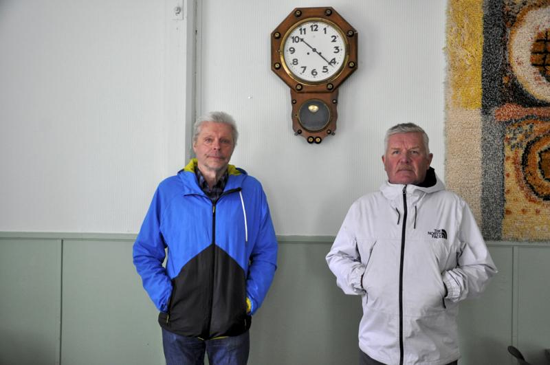 Kellon alla. Jukka Lintilä (vasemmalla, vanhassa kuvassa ylärivin 3. vasemmalta) ja Heikki Kopsala (oikealla, vanhassa kuvassa ylärivin 3. oikealta) muistavat Häkkilän kylätalon kansakouluna.