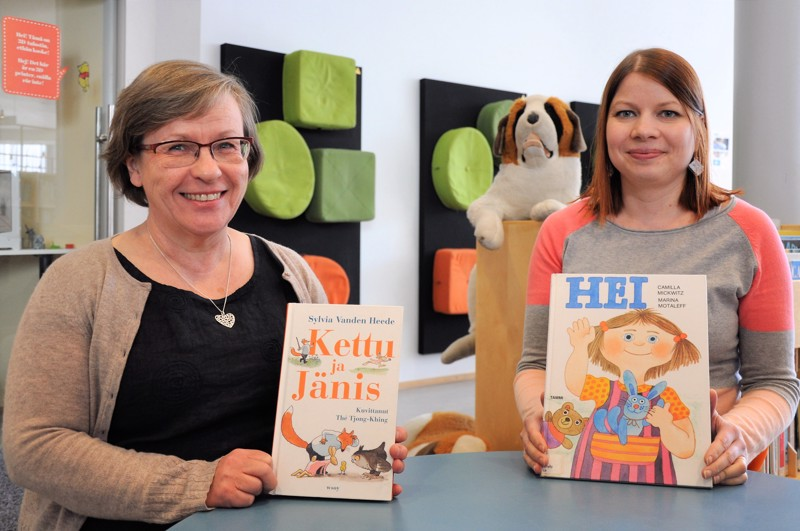 Mami Kolppanen (vas.) ja Minna Emmes johdattavat lapsia kirjojen maailmaan.