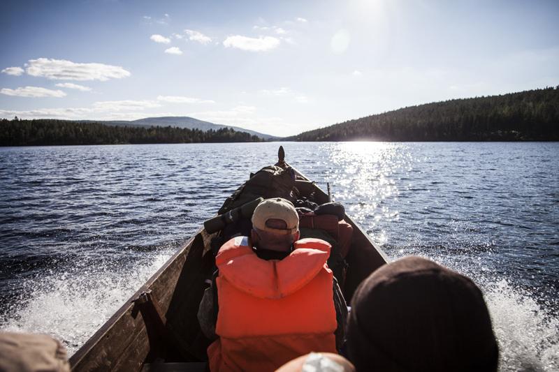 Lemmenjoen tekee erikoiseksi kansallispuistoksi se, että sen sydänmaille voi matkustaa jokiveneen kyydissä.