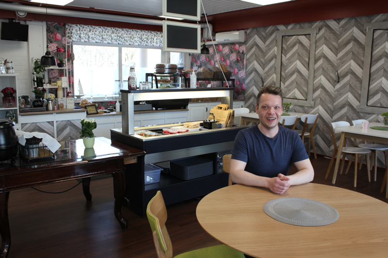 Aitoon ja arkiseen kahvilaansa Joni Huovila haluaa vanhan ajan palvelun takaisin.