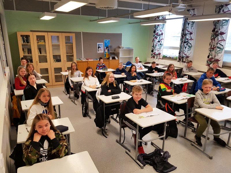 Haapajärven K.J. Ståhlbergin koulun 6A-luokkalaiset palasivat kouluun hymyssä suin.