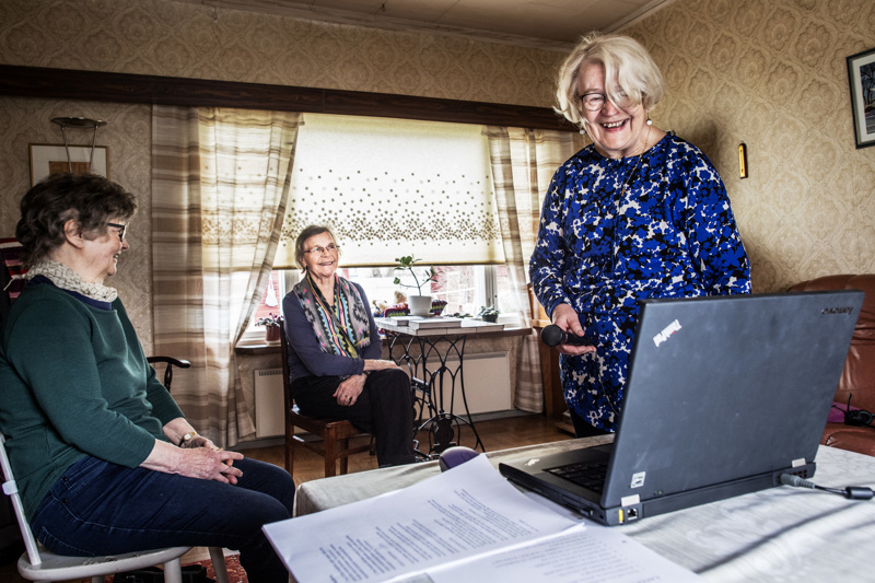 Kerttu Illikainen on ylivieskalaisen Tuokiotuvan laulunjohtaja. Tuokiotuvan ovet ovat edelleen kiinni, mutta yhteislaulutuokiota varten paikalle tulivat laulamaan Kirsi Konttila (vas.) ja Leena Haapalehto.