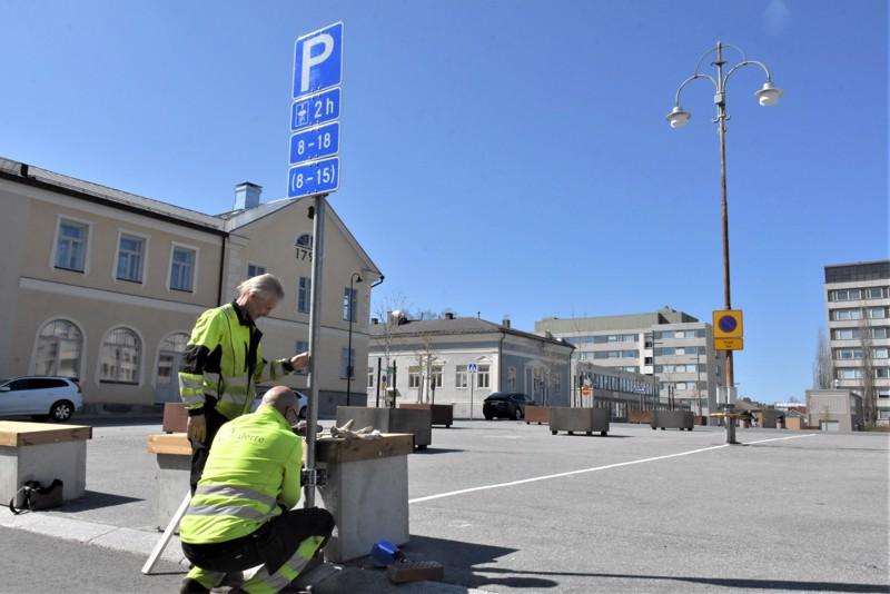 Aarre Puura ja Risto Hiltunen kiinnittivät pysäköinnin sallivat opasteet Pietarsaaren torin laidalle. Parkkeeraaminen on nyt luvallista torille merkityn alueen sisällä.