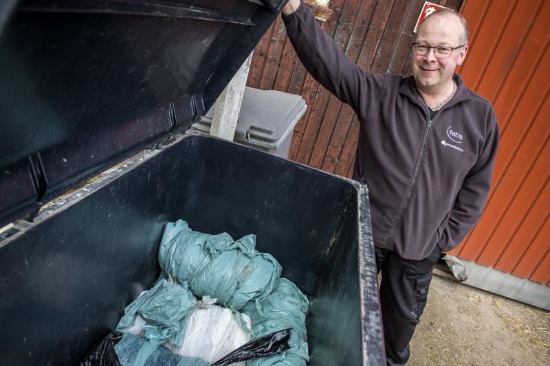 Vesa Isolankilan karjatilalla maatalousmuovijäte kerätään astiaan, jonka Ekokuljetus JNH Oy tyhjentää kahden viikon välein.
