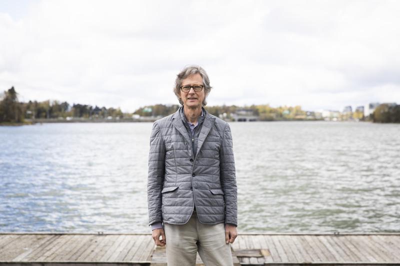 Professori Aarno Palotien kuukausittaiset työmatkat Bostoniin ovat koronarajoitusten takia muuttuneet etäpalavereiksi. Tauolla ovat yhteiset leikkihetket lastenlasten kanssa, jotka asuvat Yhdysvalloissa. Nekin täytyy hoitaa netin kautta.