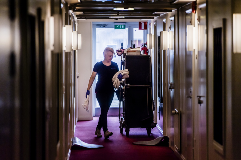 Korona-aikana hotellit ovat panostaneet entistä enemmän siivoamiseen. Kuvassa Hotelli Käenpesän Merja Rantala.