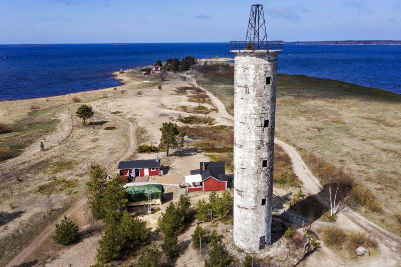Jan Lehmus osti Harrbådan majakan juurelta vanhan pikkumökin  - lomautus töistä antoi mahdollisuuden remontin tekoon.