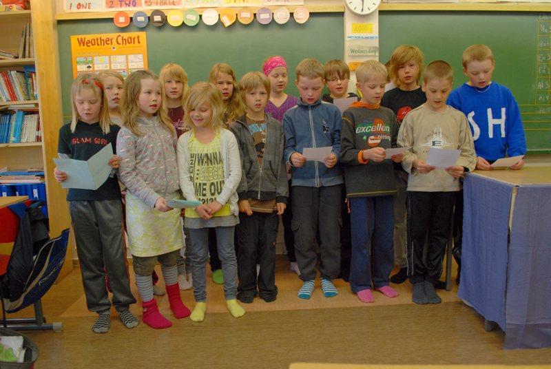 Humalojan koulun 3-4-luokkalaiset olivat opetelleet laulamaan 25 virttä ja saaneet palkinnoksi hopeiset virsimerkit.