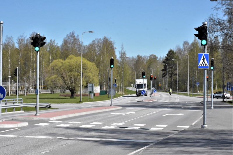 Länsinummen koulun kohdalla riittää liikennevalotolppia kuin metsässä puita. Piakkoin alkavan tekniikkasaneerauksen yhteydessä muutamat niistä karsitaan pois.