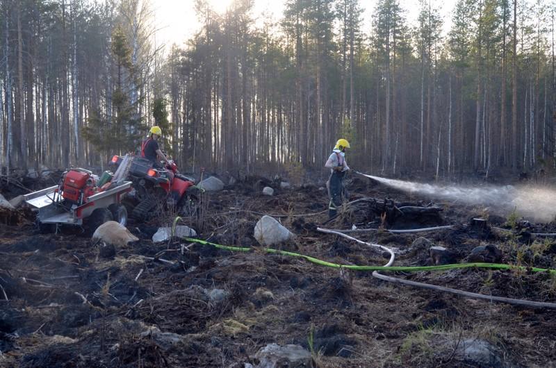 Paloa on sammuttamassa useita eri paloyksiköitä naapurikunnista.