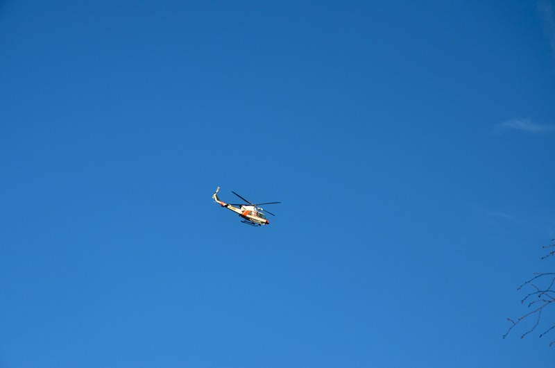 Helikopteri havainnoi palopesäkkeitä.