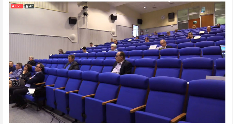 Valtuutetut istuivat ReijoWaara-salissa joka toisella rivillä aina muutaman penkin välein ja tekninen johtaja Teemu Niemimäki kiikutti rivien välissä mikrofonia puheenvuorojen pitäjille.