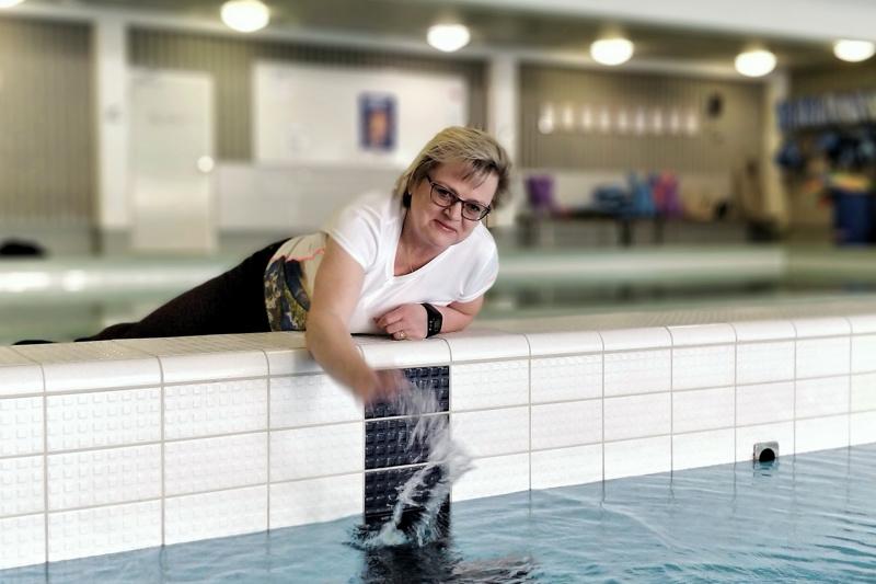 Tove Jansson, liikuntatoimen johtaja,  ja uimahallin altaat odottavat uimareita.